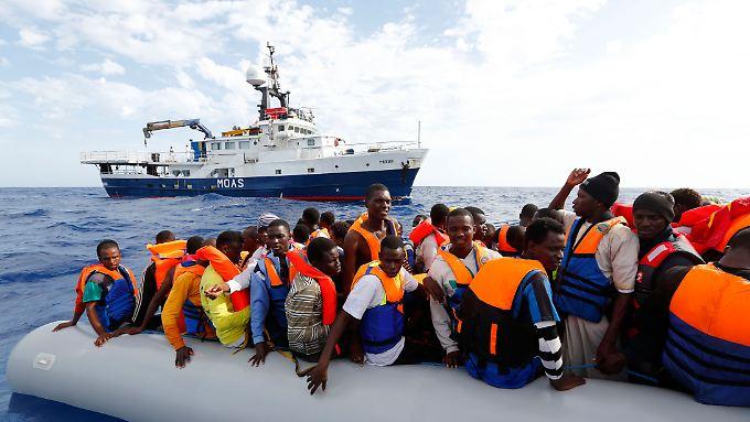 Vor der italienischen Küste sind in diesem Jahr schon mehr als 50.000 Flüchtlinge gerettet worden.