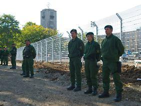 Rund um die Baustelle wurden meterhohe Zäune aufgestellt.