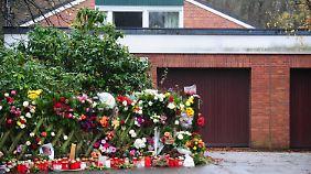Zahlreiche Menschen legten vor dem Haus von Helmut und Loki Schmidt Blumen nieder.