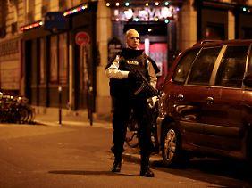 Paris im Ausnahmezustand: Sicherheitskräfte sperren einen der Tatorte ab.