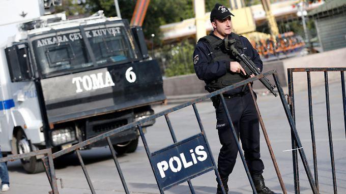 Türkische Sicherheitskräfte sichern nach dem Doppelschlag von Ankara eine Straße.
