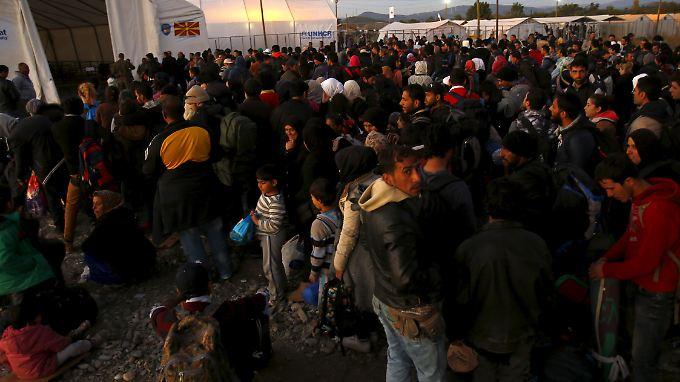 Mehrere US-Bundesstaaten fürchten, dass Terroristen unter den Flüchtlingen sein könnten. Diese Flüchtlinge hier suchen  Zuflucht in einem Camp in Mazedonien.
