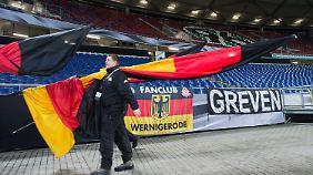 Die Menschen im Stadion wirkten nach der Spielabsage nervös, aber kontrolliert.