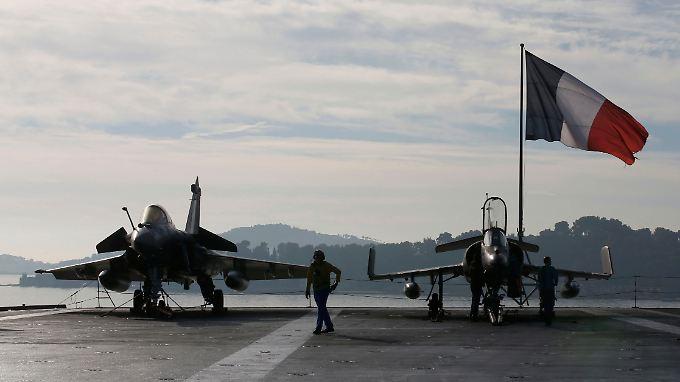 """Kampfjets vom Typ """"Rafale"""" (l.) und """"Super Etendard"""" an Bord des Flugzeugträgers """"Charles de Gaulle"""": Das Flaggschiff der französischen Marine bricht vom Stützpunkt Toulon aus zum Kampf gegen den IS auf."""