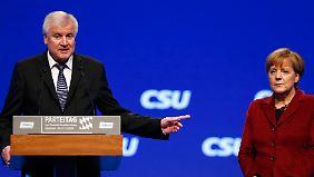 Parteitag der CSU im November 2015: Die etwas ungeschützt dastehende Kanzlerin Angela Merkel muss sich von Horst Seehofer minutenlang anhören, was sie alles falsch macht.