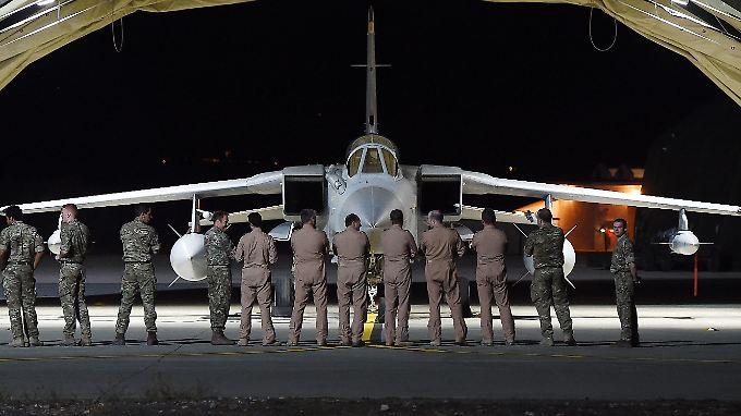 """Voll ausgestattete Militärflughafen in unmittelbarer Nähe der syrisch-irakischen Kriegsgebiete: Britische Militärs vor einem """"Tornado"""" der Royal Air Force (RAF) auf der Luftwaffenbasis Akrotiri."""