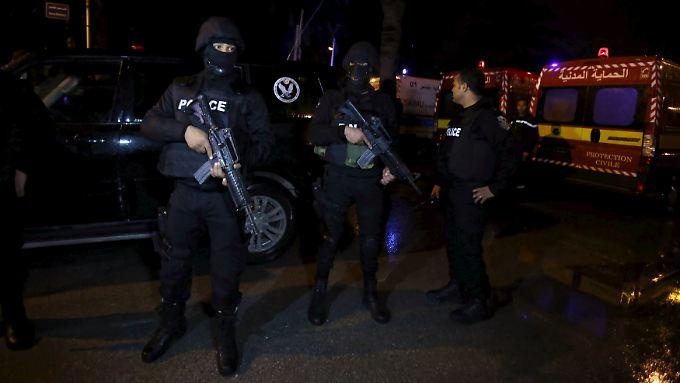 Polizisten bewachen den Anschlagsort in Tunis