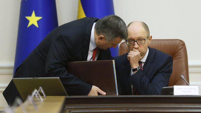 Der ukrainische Ministerpräsident Arseni Jazenjuk (r) mit Innenminister Arsen Awakow.