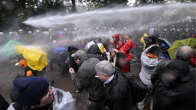 Bei den massiven Einsätzen der Polizei sollen rund 400 Demonstranten verletzt worden sein.