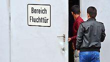 In Erfurt wurden zwei Messehallen als Unterkunft für rund 1000 Flüchtlinge umgebaut.