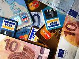 Große Auswahl: Wer eine passende Kreditkarte sucht, sollte Gebühren, Zusatzleistungen und Abrechnungsmodalitäten genau vergleichen. Foto: Jens Kalaene