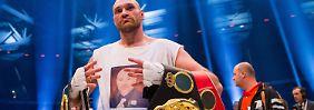 Wie gewonnen so zerronnen: Nur eineinhalb Wochen nach seinem Sieg über Wladimir Klitschko muss Tyson Fury seinen roten IBF-Gürtel wieder abgeben.