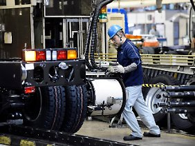 Produktion bei der Mitsubishi Fuso Truck an Bus Corporation (MFTBC) in Kawasaki.