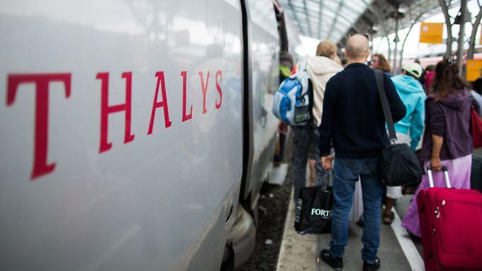 Auch Thalys-Schnellzüge stehen bis auf Weiteres still: Reisende müssen auf den Bus ausweichen.