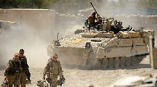 """Für ihre Auslandseinsätze braucht die Bundeswehr neue Ausrüstung - hier im Bild ein Schützenpanzer des Typs """"Marder""""."""