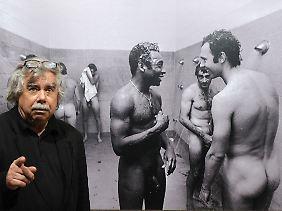 Volker Hinz bei einer Ausstellung in Hamburg vor seinem Foto mit Beckenbauer und Pele in der Dusche.