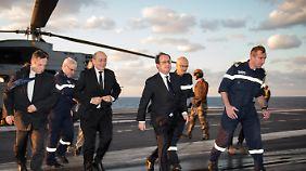 Der französische Präsident Hollande bei einem Überraschungsbesuch auf dem Flugzeugträger.