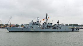 """Die Fregatte """"Augsburg"""" - hier in Wilhelmshaven im vergangenen Jahr - soll den französischen Flugzeugträger im Mittelmeer schützen."""
