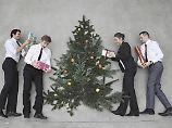 Aufmerksamkeit oder Bestechung?: Vorsicht bei Weihnachtsgeschenken im Job