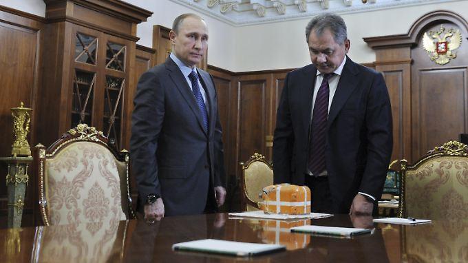 Wladimir Putin und Verteidigungsminister Sergej Schoigu präsentierten den Flugdatenschreiber im Kreml.