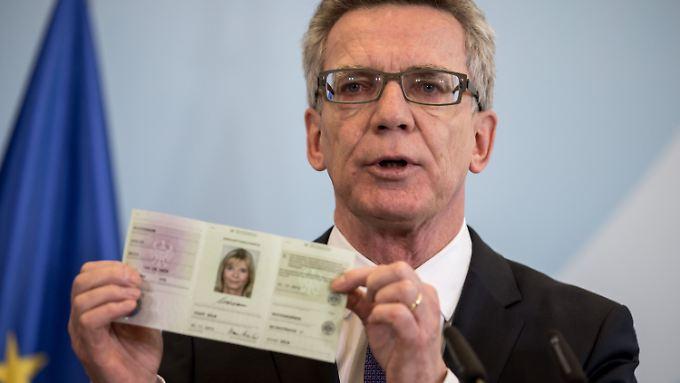 """So soll er aussehen: Bundesinnenminister Thomas de Maizière stellt den """"Auskunftsausweis"""" in Berlin vor."""