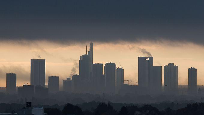 Frankfurter Skyline: Fahnder ermitteln offenbar gegen mehr als 100 Banken und Fonds wegen dubioser Aktiengeschäfte.