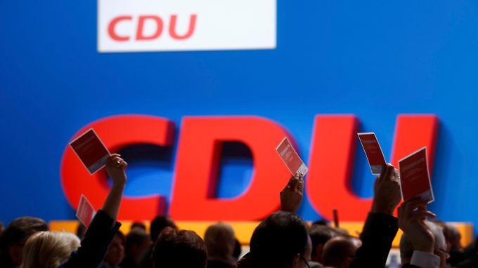 Der Leitantrag zum Thema Flüchtlinge erhielt fast 100 Prozent. Ein Änderungsantrag aber auch immerhin 10 bis 20 Prozent. So sieht Unzufriedenheit in der CDU aus.