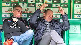 Kölns Manager Jörg Schmadtke (r) wird eine jecke Ehre zuteil.