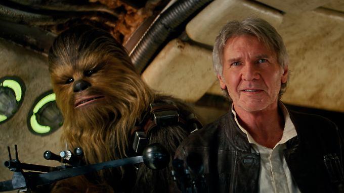 """In """"Star Wars: Das Erwachen der Macht"""" nimmt Harrison Ford als Han Solo wieder neben seinem Freund Chewbacca Platz."""