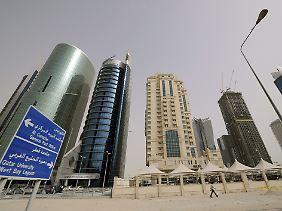 Blick auf Hochhäuser in der Hauptstadt Doha im Wüstenstaat Katar.