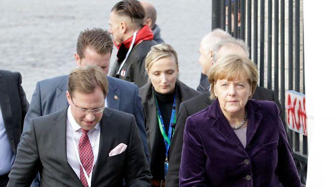 """Kanzlerin Merkel auf dem Weg zum EU-Gipfel in Brüssel. """"Vor uns liegt noch ein steiniger Weg"""", sagte sie am Mittwoch im Bundestag mit Blick auf die Überzeugungsarbeit, die sie unter ihren EU-Kollegen in der Flüchtlingspolitik zu leisten hat."""