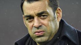 Na, kein Grund für schlechte Laune, Herr Dutt. Der VfB bekommt doch einen neuen Innenverteidiger.