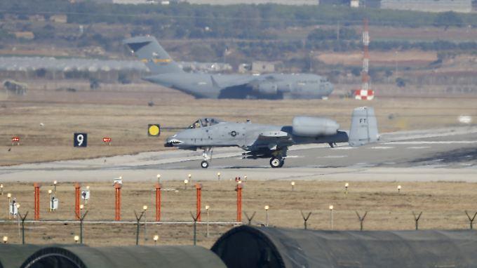 Ein A-10 Thunderbolt II-Kampfjet der U.S. Air Force landet am türkischen Stützpunkt in Incirlik.