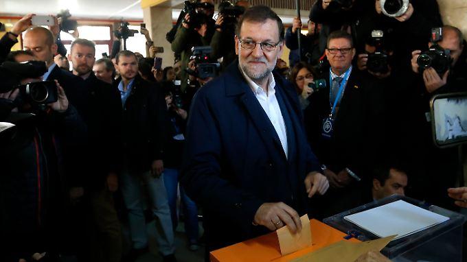 Die Konservativen erleiden herbe Verluste, bleiben aber laut Prognosen stärkste Partei - Premier Rajoy bei der Stimmabgabe.