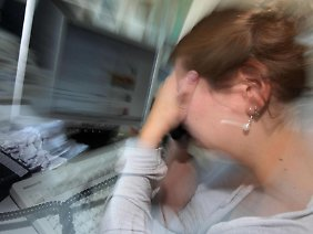 Laut einer Forsa-Umfrage wollen 62 Prozent mehr für ein stressfreieres Leben tun. Fast genau so viele (61 Prozent) wünschen sich mehr Zeit mit der Familie und Freunden.