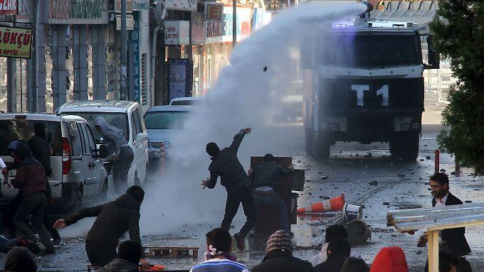 In Diyarbakir bewarfen kurdische Demonstranten mit Steinen die Polizei, die Wasserwerfer einsetzte.