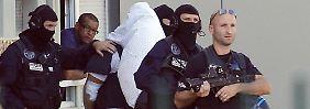 Polizisten führen Yassin Salhi ab: Er hatte im Juni 2015 seinen Chef ermordet.