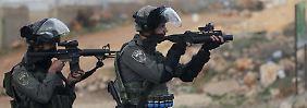 Israelische Sicherheitskräfte zielen auf palästinensiche Demonstranten: Die Zündschnuren sind bei beiden Seiten extrem kurz.