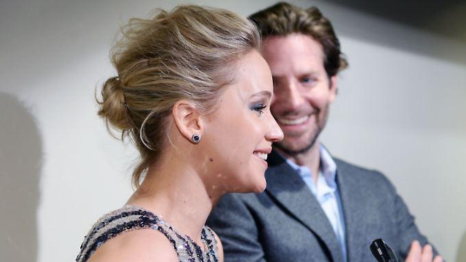 Hier lacht er noch, doch wenn Jennifer Lawrence das Wort ergreift, sollte sich Bradley Cooper hüten.