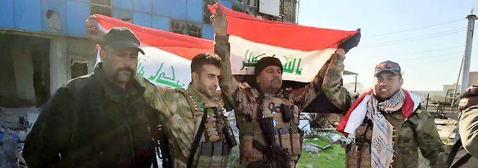 Irakische Soldaten mit ihrer Flagge in Ramadi.