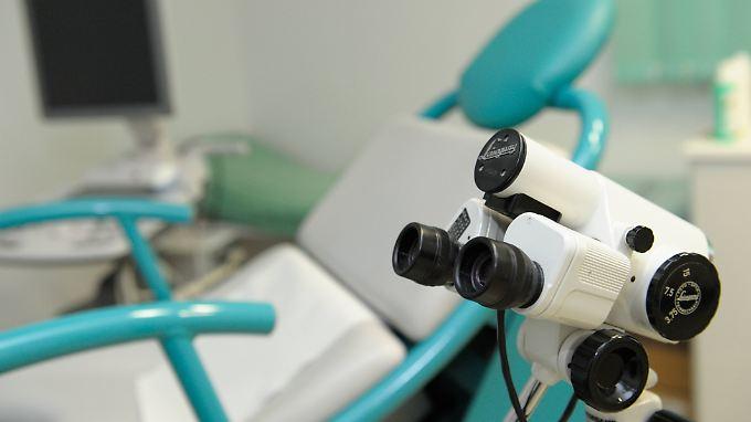 Blick in das Behandlungszimmer eines Gynäkologen. Im Vordergrund zu sehen ist ein Kolposkop, ein übliches Untersuchungsinstrument beim Frauenarzt.