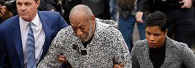 Cosby wurde bei seiner Ankunft vor Gericht gestützt.