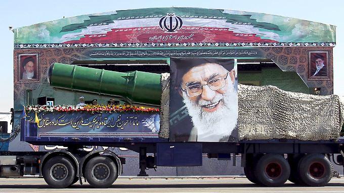 Mit einer Parade erinnerte der Iran im September an den Krieg gegen den Irak - und zeigte dabei auch sein militärisches Arsenal.