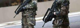 Fahrer durch Schüsse verletzt: Mann rast auf Soldaten vor Moschee zu