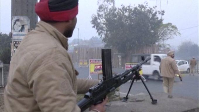 Ein Polizist sichert die Luftwaffenbasis im indischen Pathankot.