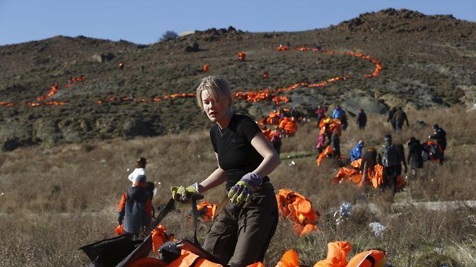 Rund 100 Freiwillige legen am Freitag auf der Insel Lesbos ein großes Friedenszeichen aus Rettungswesten von Flüchtlingen.