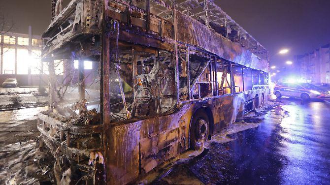 Feuer während der Fahrt: Doppeldecker in Berlin brennt aus