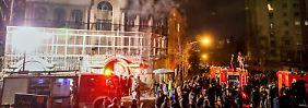 Iranische Demonstranten setzen die saudische Botschaft in Teheran in Brand.