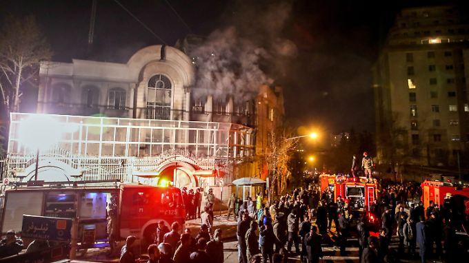 Demonstranten setzen die saudische Botschaft in Teheran in Brand.