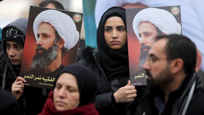 Demonstranten in Beirut zeigen das Bild Al-Nimrs.